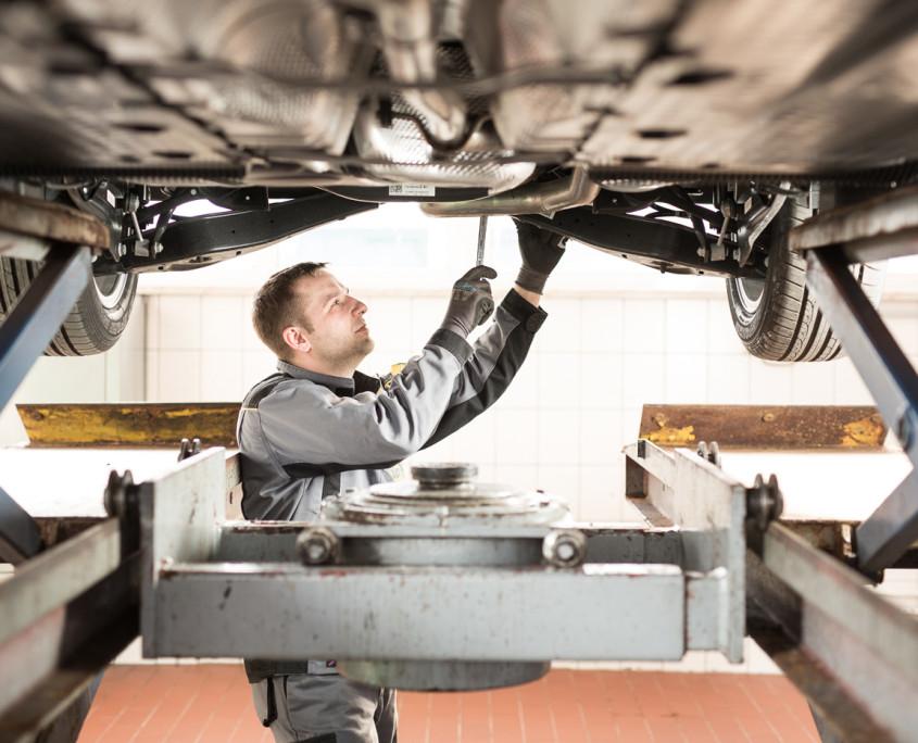 Wartungsarbeiten des Automobilmechaniker im Autohaus Ribbe bei Weimar