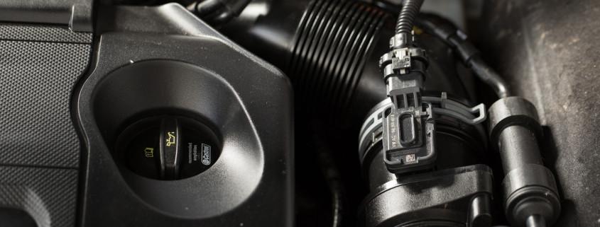 Öleinfülldeckel am Motor eines Auto