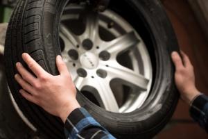 Auto Ribbe Reifenmontage